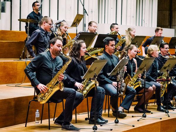 picture SAXOPHOBIA: Koncert 50-členného saxofónového orch.